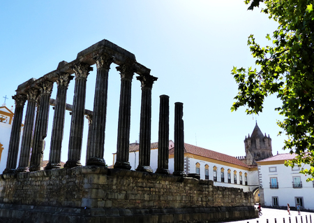 Roman temple: Templo romano y la torre de la catedral en Évora