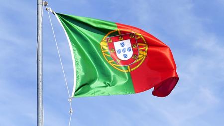 bandera de portugal: Bandera de Portugal contra el cielo azul de fondo