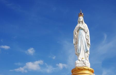 Onze Lieve Vrouw, Maagd Maria, Moeder van God in wolkenlucht