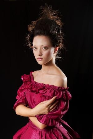 vestidos de epoca: Estilizado retrato barroco de hermosa mujer Morena en vestuario histórico con miriñaque. Bajo llave