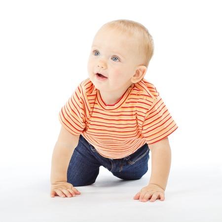 bebe gateando: activo un a�o beb� gateando sobre fondo blanco Foto de archivo