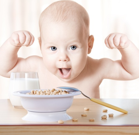 saludable: Comida de beb� feliz: cereales y leche. Concepto: comida sana hace ni�o fuerte y la salud Foto de archivo