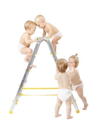 subiendo escaleras: Grupo de los bebés de escalada en escalera y la lucha por el primer lugar sobre el fondo blanco. Competencia concepto. Aislado en blanco