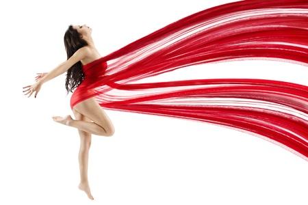 Mujer de rojo bailando vuelo agitando un paño de gasa. Bailarina con la forma del cuerpo perfecto. Aislado.