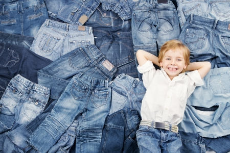 pantalones abajo: Niño feliz en el fondo jeans. Moda Denim