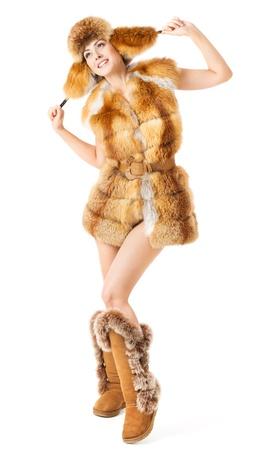 Bont mode vrouw in jas, hoed en laarzen over wit