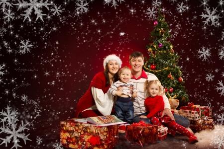 weihnachten tanne: Weihnachten Familie von vier Personen und Tannenbaum mit Geschenk-Boxen auf rotem Hintergrund