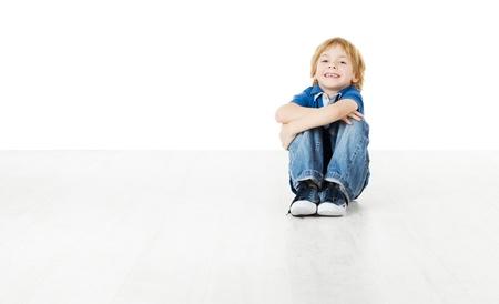 ni�os sentados: Ni�o sonriente sentado y mirando a c�mara