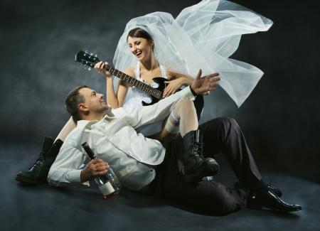 cantando: Pares de la boda celebrando, cantando, bebiendo y tocando la guitarra. Novia en estilo rock.