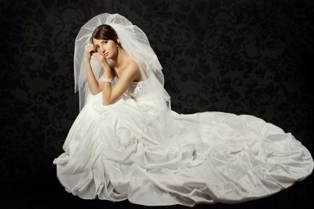 cola mujer: Vestido de novia en la boda de lujo sobre fondo papel tapiz oscuro