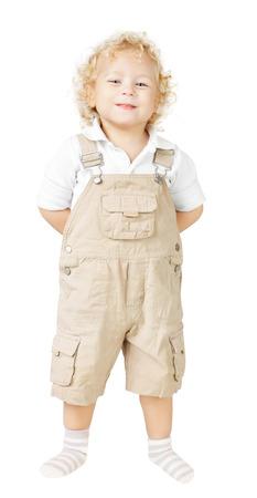 jambes �cart�es: enfant souriant, les mains derri�re le dos, les jambes tenant � l'�cart, sur fond blanc
