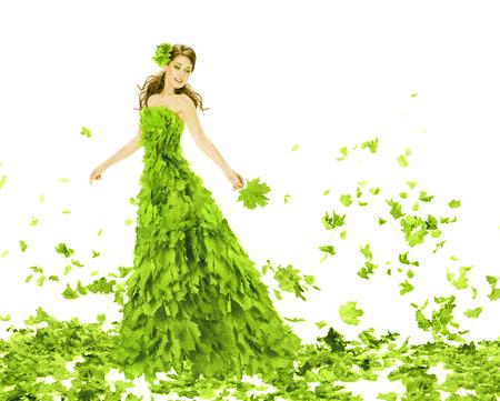 fantasy makeup: Fantasía Belleza, mujer de la manera en temporadas de primavera deja vestido. Hermosa chica creativa en vestido verde de verano, sobre fondo blanco.