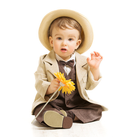 El bebé bien vestido de traje con flor de la vendimia del estilo los niños, fondo blanco