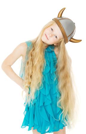 vikingo: Chica vikingo casco con cuernos con el pelo largo y rubio, ni�a en el sombrero de disfraz juguete, fondo blanco aislado Foto de archivo