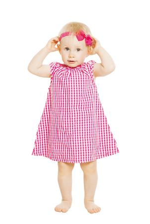 Meisje kind in rode jurk met strik. Kind op een witte achtergrond