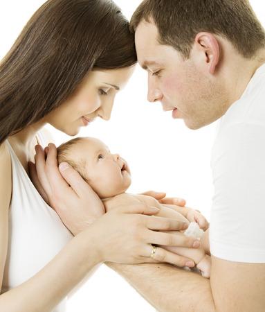 Los padres y la madre del bebé de la familia, el padre y el niño recién nacido sobre fondo blanco aislado Nuevo niño nacido el concepto de amor a luz