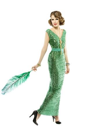 Femme plume en robe de mode rétro paillettes, dame de luxe élégant style vintage, isolé sur fond blanc, pleine longueur Banque d'images