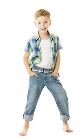 gar�on souriant: Enfant gar�on souriant portrait de studio de mode, les mains dans la poche. Fond blanc isol� Banque d'images