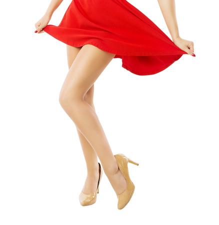 tacones rojos: Piernas mujer bailando cerca. Aislado fondo blanco.