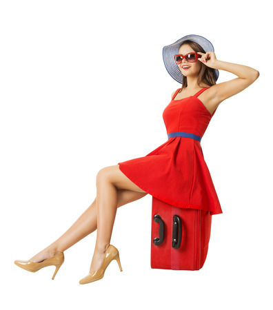 mujer con maleta: Mujer sentada en la maleta de vacaciones. Verano de viaje de vacaciones. Fondo blanco