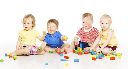 juguetes: Los niños del grupo de juego bloques de juguete de desarrollo del bebé niños, aislado sobre fondo blanco