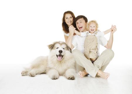 familia feliz: familia y perro, feliz madre sonriente padre y el bebé de risa niño aislado sobre fondo blanco