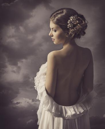 Sensuele vrouw retro portret, meisje terug, elegante artistieke vintage stijl make-up Stockfoto