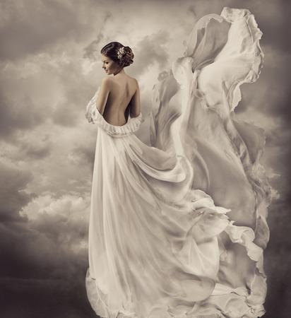 vrouw portret in retro kleding, artistieke witte blazen toga, zwaaien en wapperen stof, fantasie bruiloft bruid