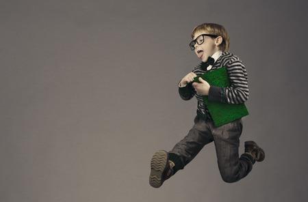 uniformes: ni�o corriendo de nuevo a la escuela, retrato divertido ni�o, saltando colegial inteligente con gafas y libro