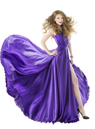 vestido de noche: Vestido de mujer de seda, tren aleteo largo, muchacha púrpura ropa de tela con los pelos largos, aislados sobre fondo blanco Foto de archivo