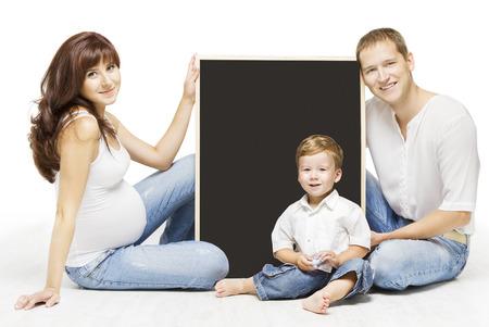 가족 광고 빈 copyspace 보드. 부모 교육, 격리 된 흰색 배경 위에 임신 어머니 아버지와 자식의 초상화