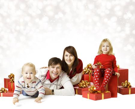 kerst interieur: Kerstmis Portret van de Familie Over Witte Achtergrond, Kid en Baby Met Nieuwjaar aanwezig geschenk doos Stockfoto