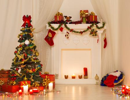 velas de navidad: Sala de Navidad de diseño de interiores, Navidad árbol decorado con luces Presenta Regalos Juguetes, chimenea y velas Iluminación Interior