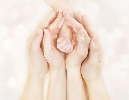 nato: Famiglia Mani e bambino appena nato Arm, Madre Padre figli Fisico, Embrace Newborn Kid mano