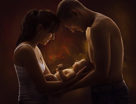 Retrato de la familia y el bebé, la madre joven explotación agrícola del padre recién nacido del niño en las manos, felices padres y el niño