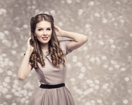 Retro Woman Hairstyle, Pin Up Girl Portrait, Elegant Model Make Up with Long Curly Hair 版權商用圖片