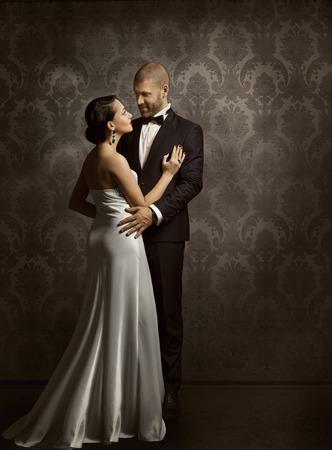vestido de noche: Pares retros Hombre y mujer en el amor, la moda Retrato de la belleza de los modelos que abarca más de fondo de la vendimia Foto de archivo