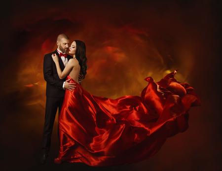 Pares del baile elegante en el amor, la mujer en ropa roja y amante Hombre en juego clásico, Cola Vestido largo que agita, moda Retrato de la belleza