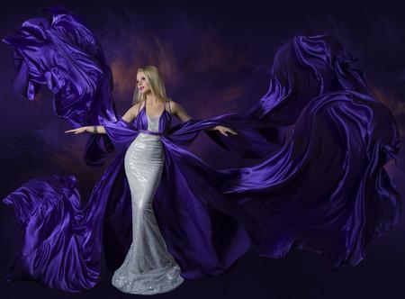 여성 뷰티 드레스 비행 보라색 실크 직물, 레이디 크리 에이 티브 패션 가운이 흐르는 바람에 물결 치는 아름다운 소녀 우아한 초상화