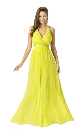 Vrouw Lange Beauty Fashion Dress, Elegant Meisje in gele zomer Toga, Jong Mooi model met lang haar geïsoleerde over witte achtergrond