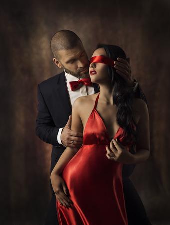 verliefd stel: Paar in Liefde, Sexy Fashion Vrouw en Man, Meisje met rode band op Eyes Charmant Boyfriend in pak, glamour model Portret, Valentine Day Lovers Sensual Games