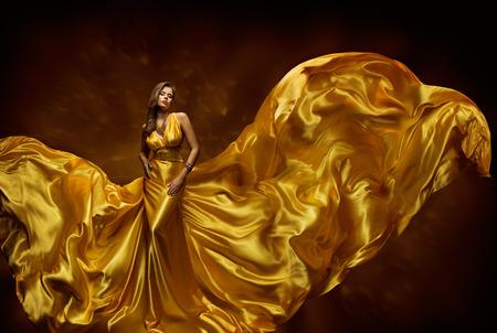Fashion Model Vrouw Dress, Dame In Fladderende Silk Beauty Toga, Stof op wind, mooi meisje met lang Dynamische Vliegende Doek Stockfoto