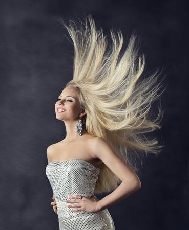 긴 스트레이트 헤어를 비행하는 여자 헤어 스타일의 초상화, 소녀 패션 뷰티, 바람이 머리카락 회색 배경 위에