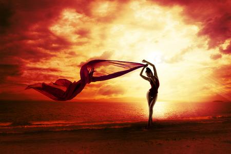 Sexy Vrouw Silhouet over Red Sunset Sky, Sensuele Vrouw op Strand, Vakantie Concept, Meisje met Windy Vliegende Doek