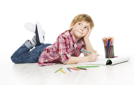 Маленький ребенок мальчик, рисование карандашом, художественное творчество Kid мышление и мечтать Идея, Концепция творчества раннего воспитания Фото со стока
