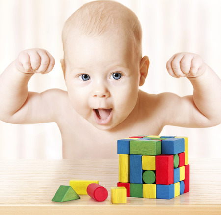 puños cerrados: Smart Baby Jugar Bloques de juguetes, Strong niño sano de risa, levantar la mano para arriba, Little Kids Éxito Temprano Desarrollo y Actividad Concept, Jigsaw Puzzle juego Foto de archivo