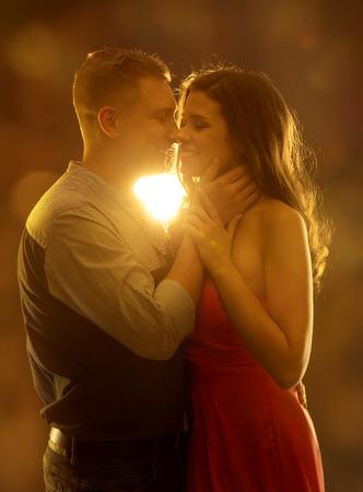 enamorados besandose: Pareja joven que se besa en el amor, la mujer y el hombre citas, feliz Muchacha que abraza Boy Friend Retrato