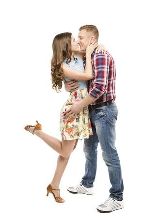 enamorados besandose: Retrato joven pareja, Besar en el amor, la mujer y el hombre citas, feliz Muchacha que abraza Boy Friend, aislado sobre fondo blanco