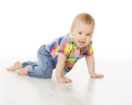 bebe gateando: La actividad del bebé, arrastrándose Niño Pequeño niño vestido la camisa de los pantalones vaqueros de color, Kid activo aislado sobre fondo blanco Foto de archivo