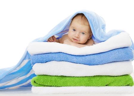 赤ちゃんお風呂、かわいい乳児の白い背景で隔離の後クリーン子供タオル毛布の下